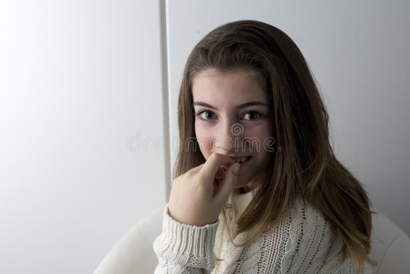 Retrato do adolescente com cabelo longo da castanha imagem de stock royalty free