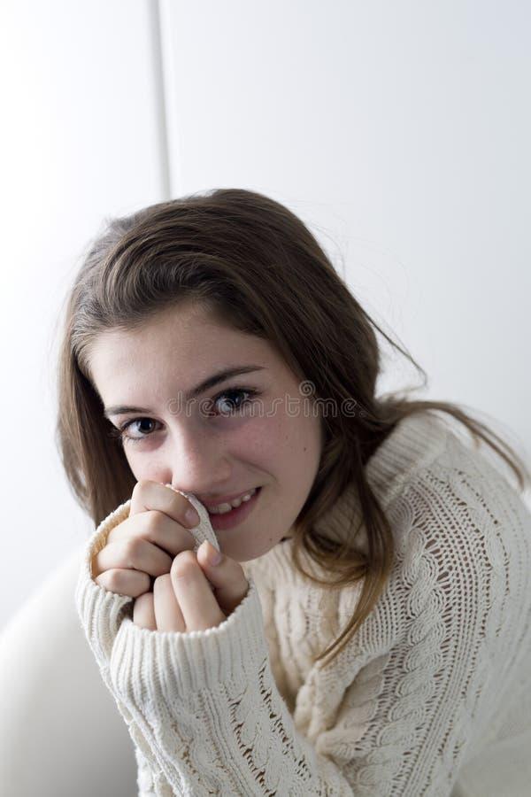 Retrato do adolescente com cabelo longo da castanha foto de stock