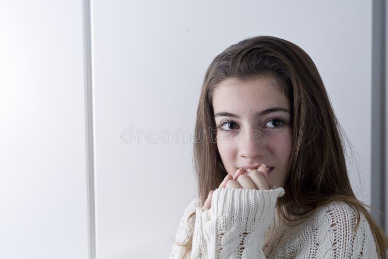 Retrato do adolescente com cabelo longo da castanha foto de stock royalty free