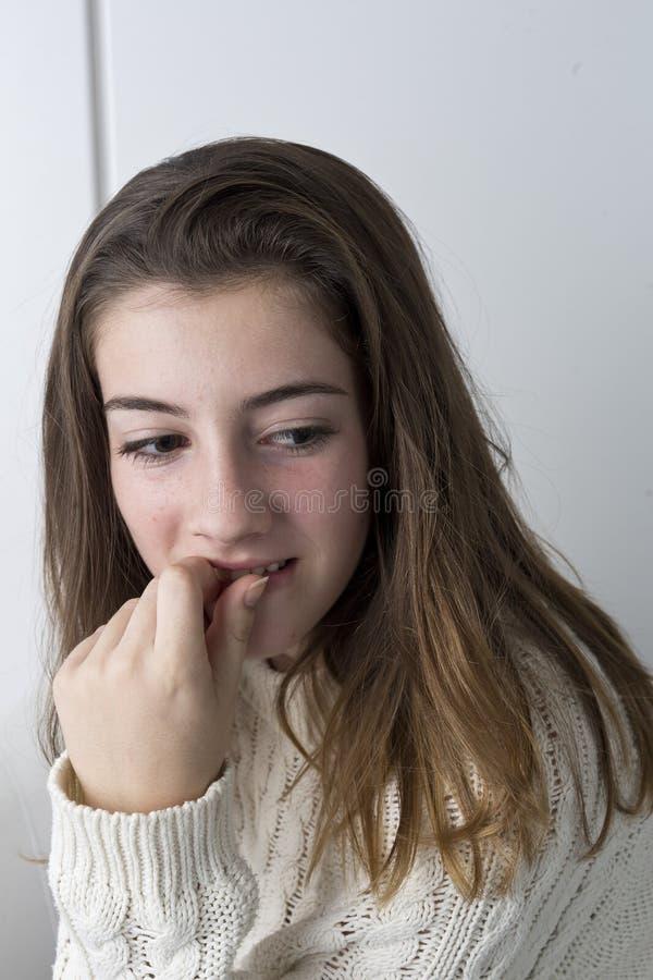 Retrato do adolescente com cabelo longo da castanha imagem de stock