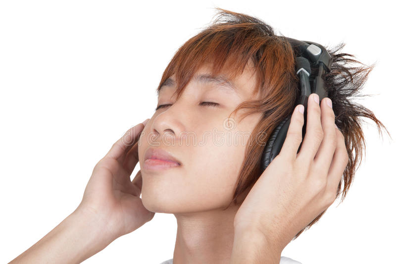 Retrato do adolescente coreano que aprecia a música foto de stock