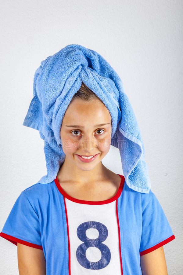 Retrato do adolescente novo bonito com a toalha na cabeça após hairwashing foto de stock royalty free