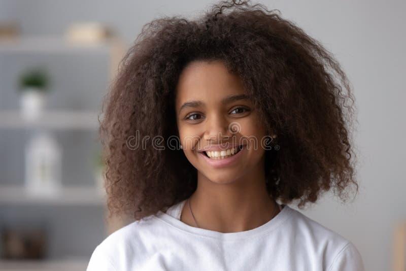 Retrato do adolescente preto de sorriso que levanta em casa fotografia de stock