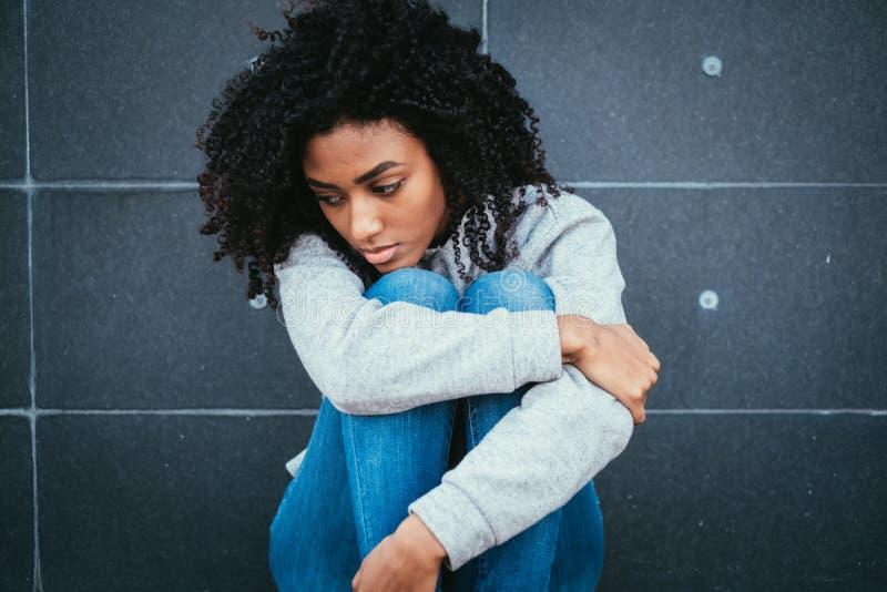 Retrato do adolescente preto triste na cidade fotografia de stock