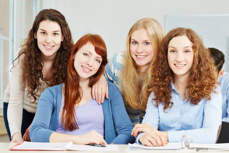 Download Adolescente De Quatro Fêmeas Na Escola Imagem de Stock - Imagem de atrativo, feliz: 29831133