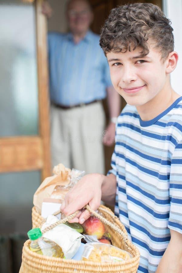 Retrato do adolescente que faz a compra para o homem superior fotos de stock royalty free