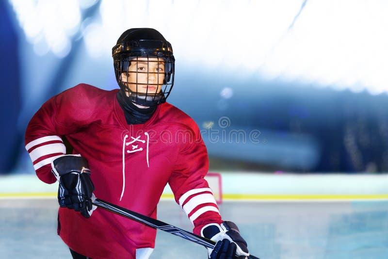 Retrato do adolescente que joga o hóquei em gelo imagem de stock