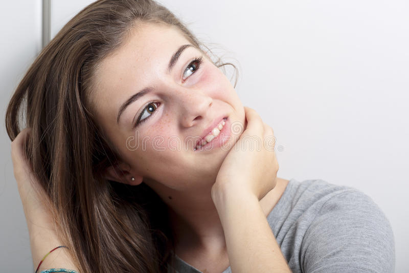 Retrato do adolescente que toca no cabelo imagens de stock