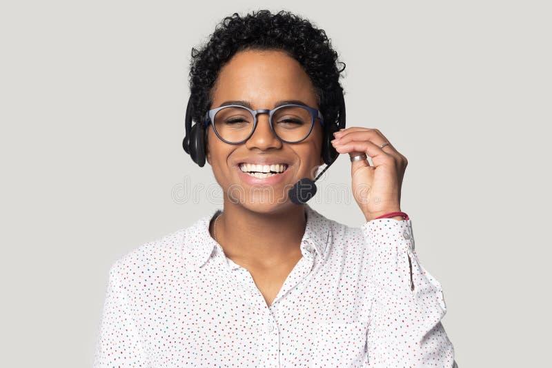 Retrato do agente fêmea biracial de sorriso do centro de atendimento nos auriculares fotos de stock royalty free