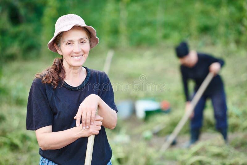 Retrato do aldeão georgian na exploração agrícola fotos de stock