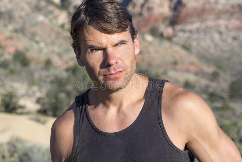 Retrato do amante da vida ao ar livre aventuroso no deserto fotografia de stock royalty free