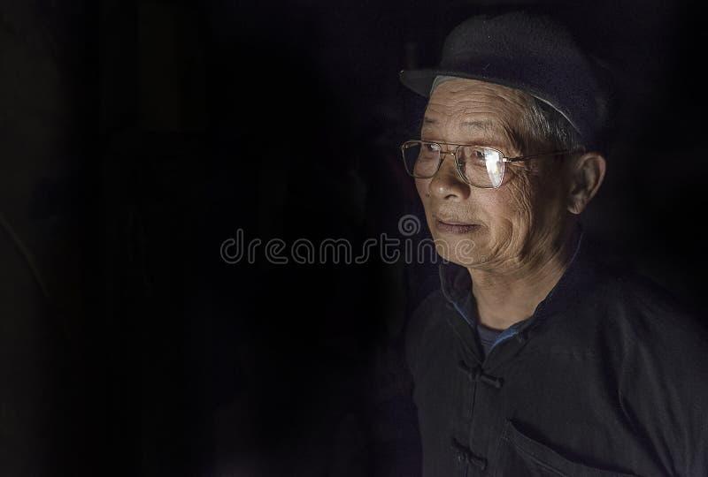Retrato do ancião em uma vila pequena em Sapa, Vietname imagem de stock royalty free