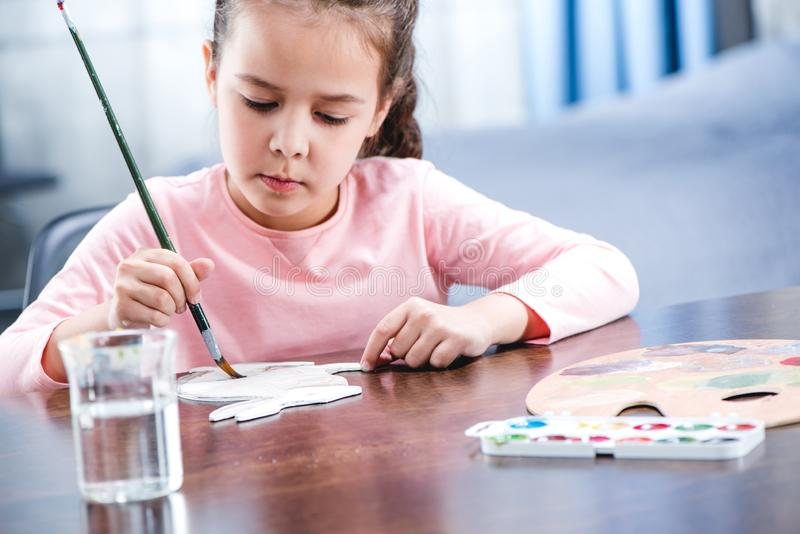 Retrato do animal concentrado da pintura da criança no papel imagem de stock