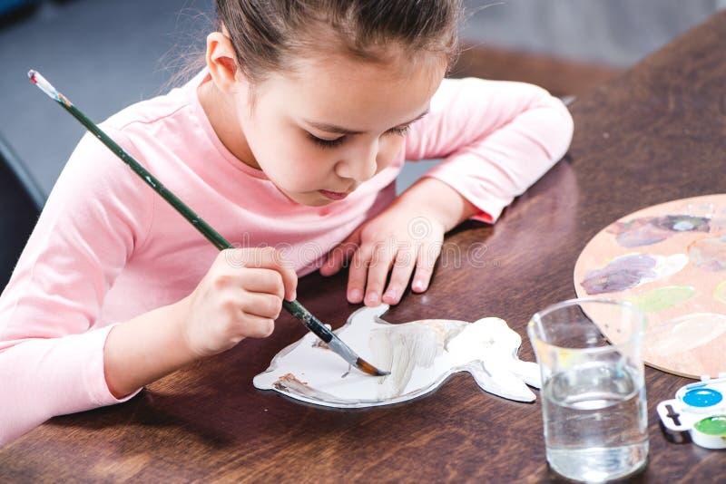 Retrato do animal concentrado da pintura da criança no papel foto de stock