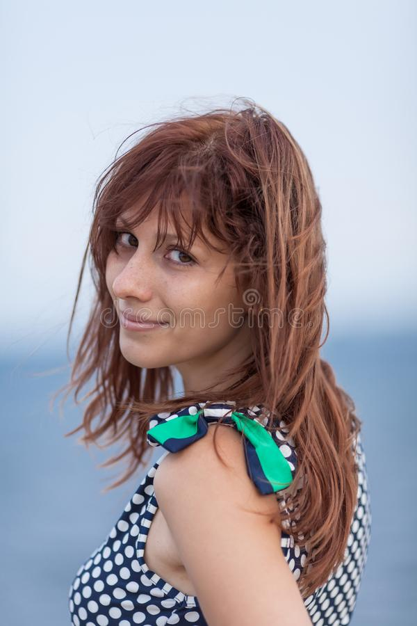 Retrato do ar livre de cabelo escuro da jovem mulher no dia nublado imagem de stock