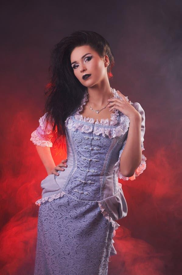 Retrato do aristocrata da mulher do vampiro do Dia das Bruxas com composição da fase imagens de stock royalty free