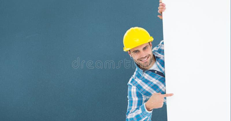 Retrato do arquiteto masculino de sorriso que aponta o quadro de avisos ao estar contra o fundo azul foto de stock