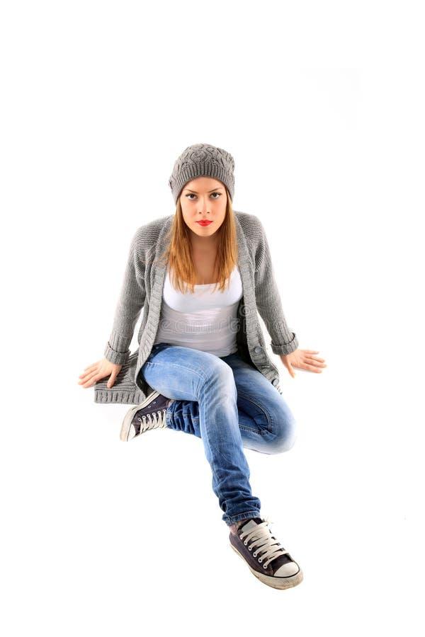 Retrato do assento da rapariga no assoalho fotografia de stock royalty free