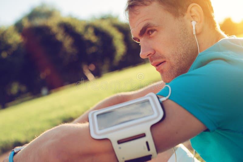 Retrato do atleta cansado que descansa no parque imagem de stock royalty free