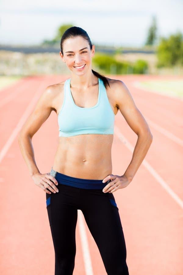 Retrato do atleta fêmea que está com mãos nos quadris fotografia de stock royalty free