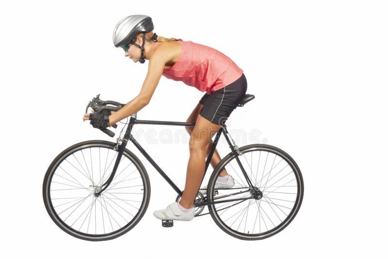 Retrato do atleta profissional fêmea novo do ciclismo que levanta a sagacidade fotos de stock