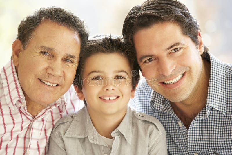 Retrato do avô latino-americano, pai adulto And Son Relaxing em casa imagem de stock