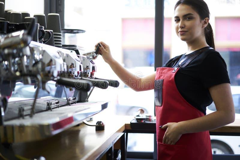 Retrato do barista fêmea atrativo que trabalha no bar imagem de stock