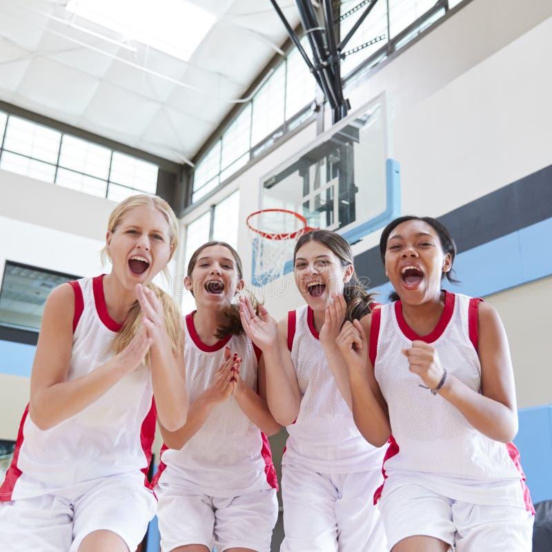 Retrato do basquetebol fêmea Team Celebrating On Court da High School imagem de stock royalty free