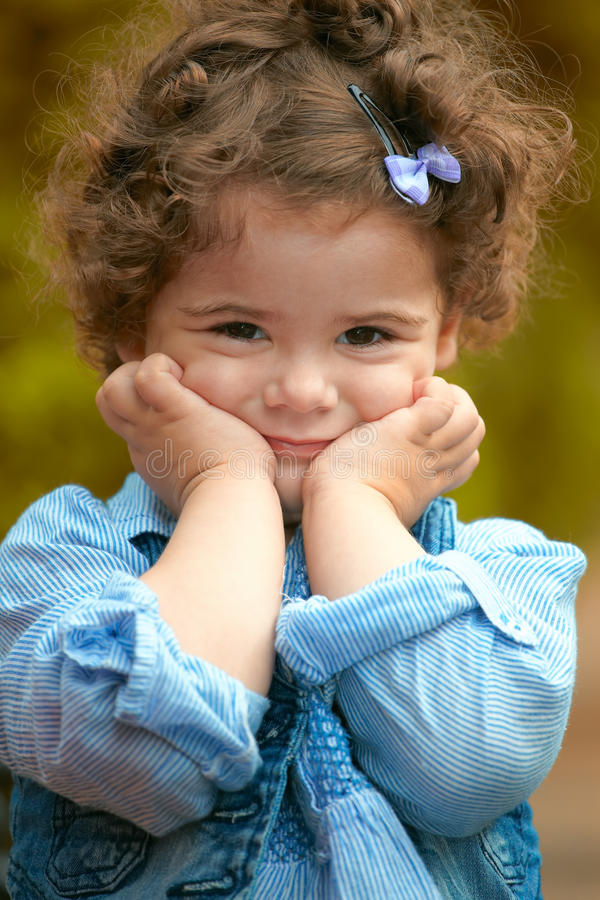 Retrato do bebé ao ar livre na mola fotos de stock