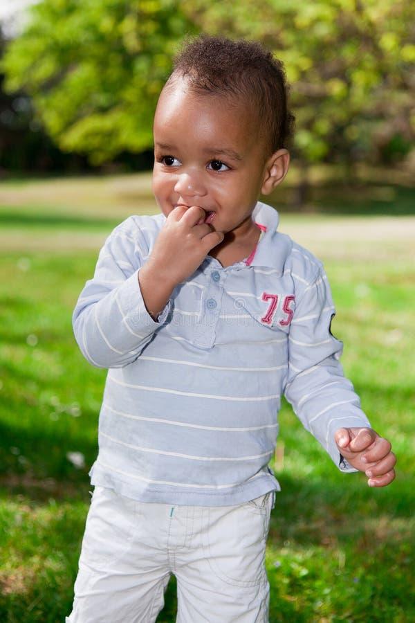 Retrato do bebé que joga no parque imagem de stock royalty free