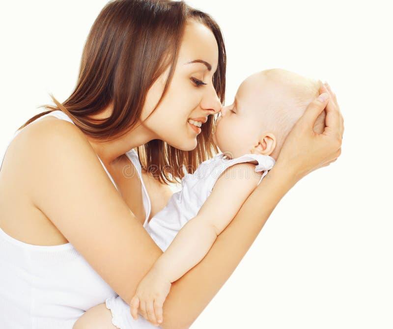 Retrato do bebê de sono nas mãos sua mãe fotografia de stock royalty free