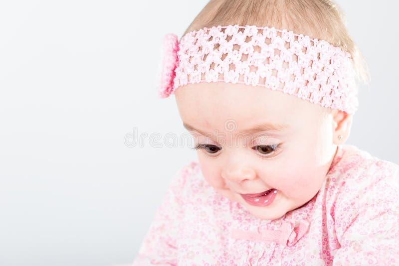 Retrato do bebê do bebê de um ano que está sendo surpreendido de sua descoberta fotografia de stock