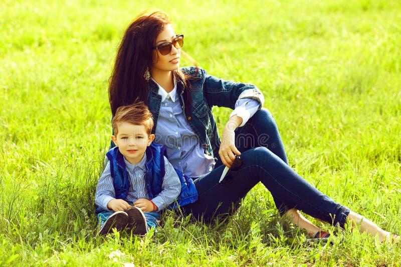 Retrato do bebê elegante e de sua mãe à moda imagem de stock