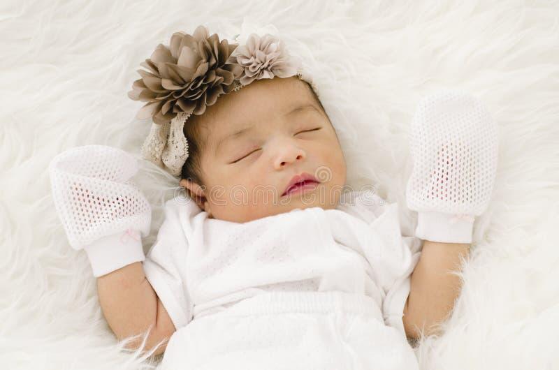 Retrato do bebê recém-nascido bonito que dorme na cobertura branca fotos de stock royalty free