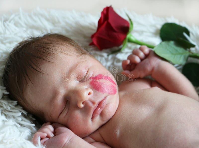 Retrato do bebê recém-nascido de sono bonito com marca do beijo no fac imagem de stock