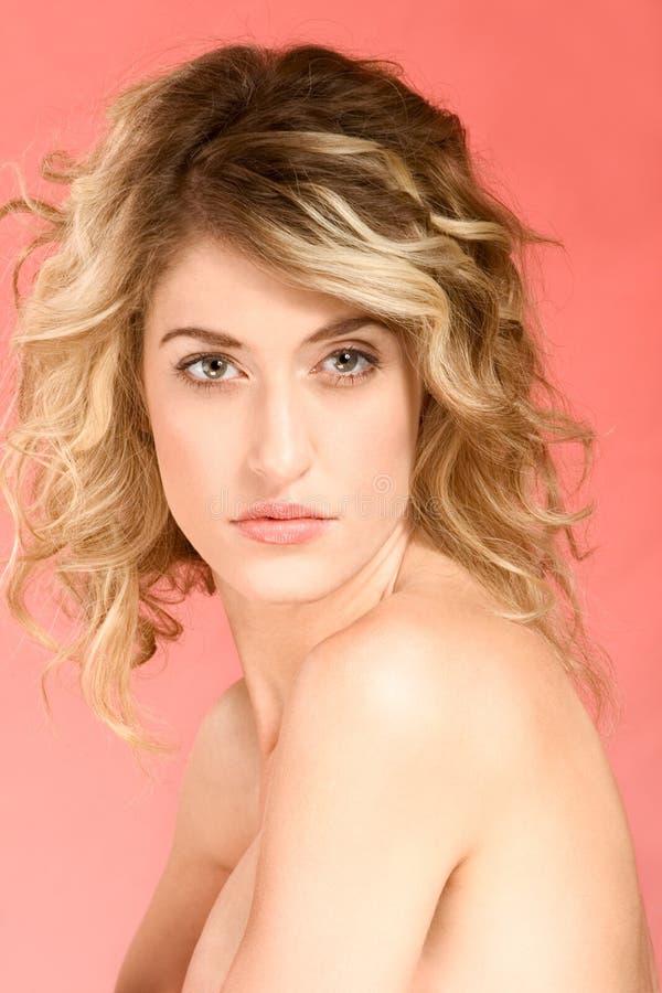 Retrato do blonde bonito com cabelo longo imagens de stock royalty free