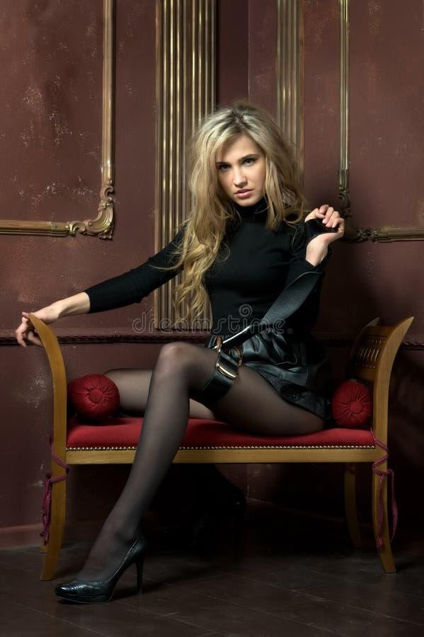 Retrato do blonde bonito no interior imagem de stock royalty free