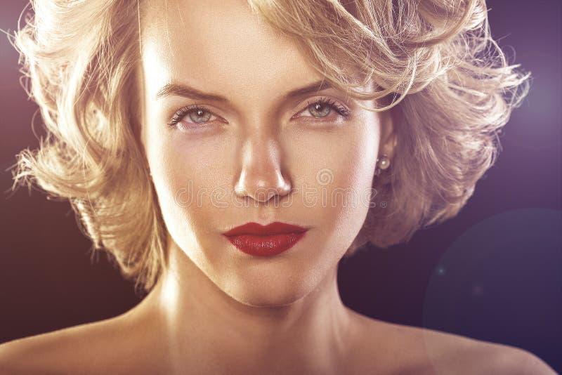 Retrato do brilho da forma do encanto da mulher encaracolado bonita imagem de stock royalty free