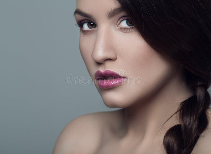 Retrato do brunette bonito fotos de stock royalty free