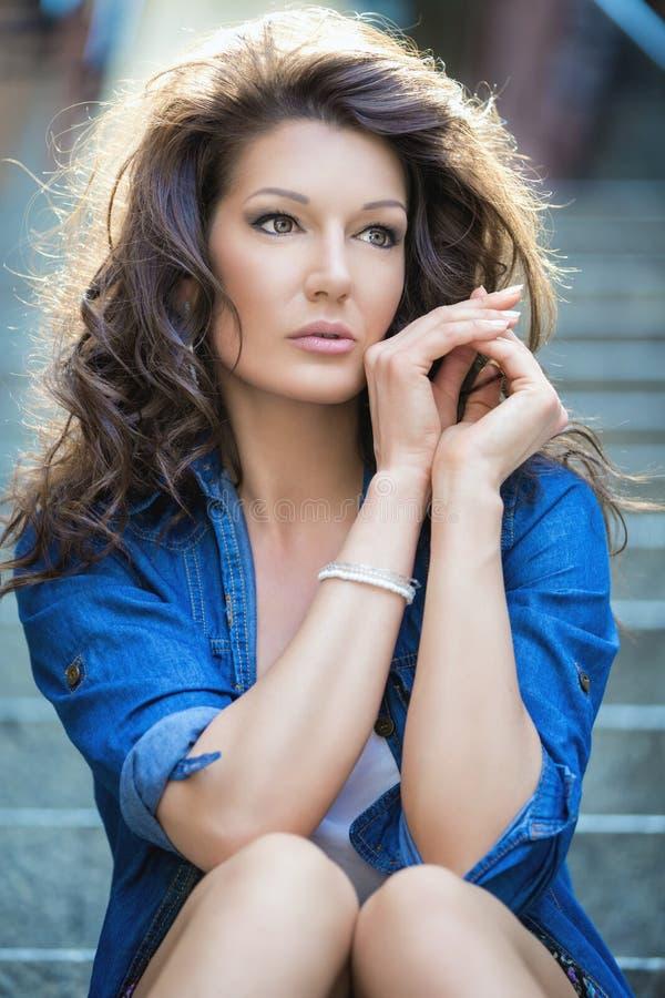 Retrato do brunette bonito foto de stock royalty free