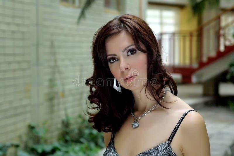 Retrato do brunette com uma vista charming fotografia de stock royalty free
