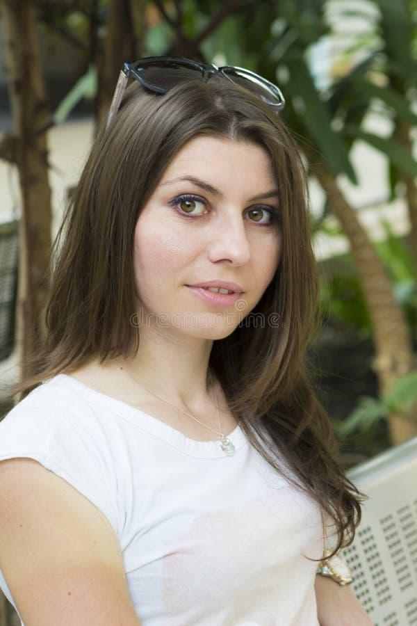 Retrato do brunette novo imagens de stock