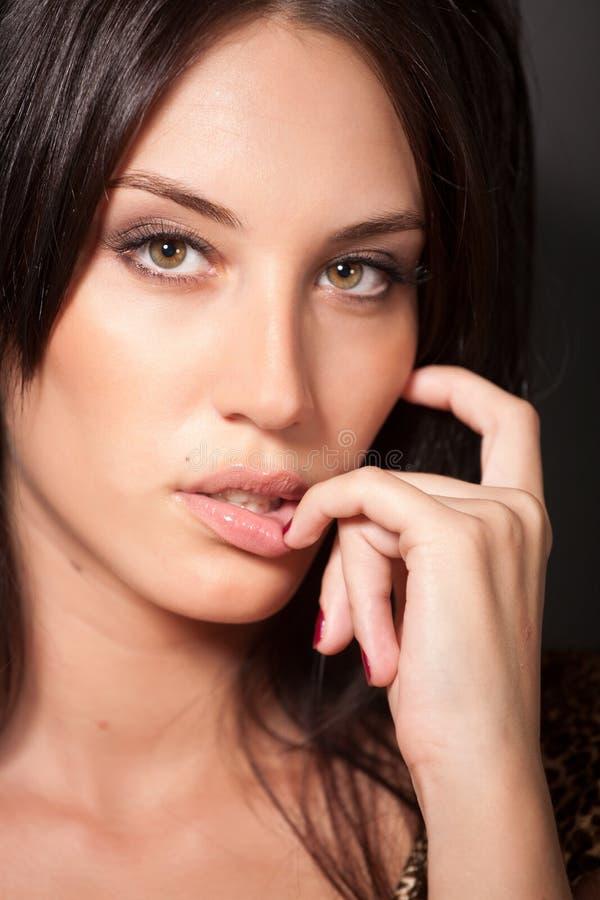 Retrato do brunette 'sexy' atrativo imagens de stock