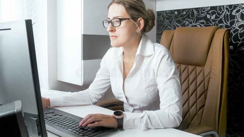 Retrato do busineswoman bonito que trabalha em seu escritório pessoal imagem de stock