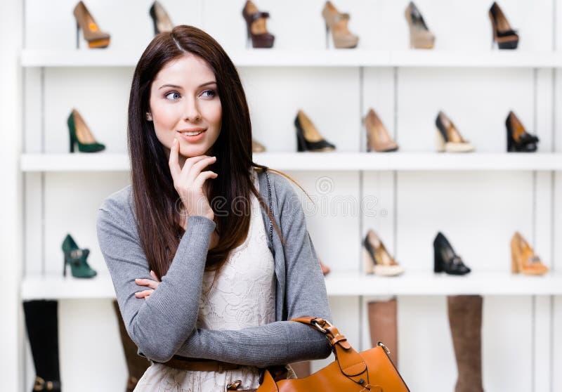 Retrato do busto da jovem mulher no shopping fotografia de stock royalty free
