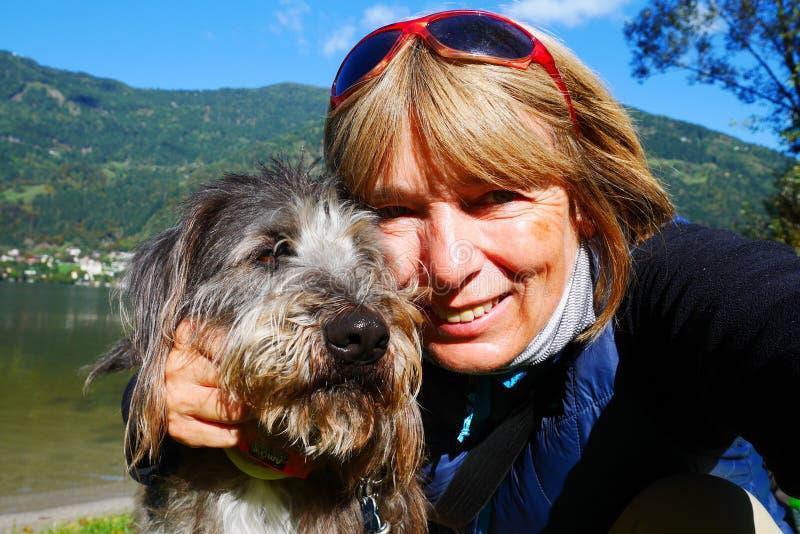 Retrato do cão e da mulher foto de stock royalty free