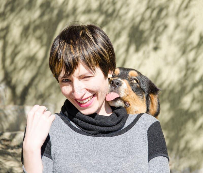 Cão e mulher loucos foto de stock royalty free