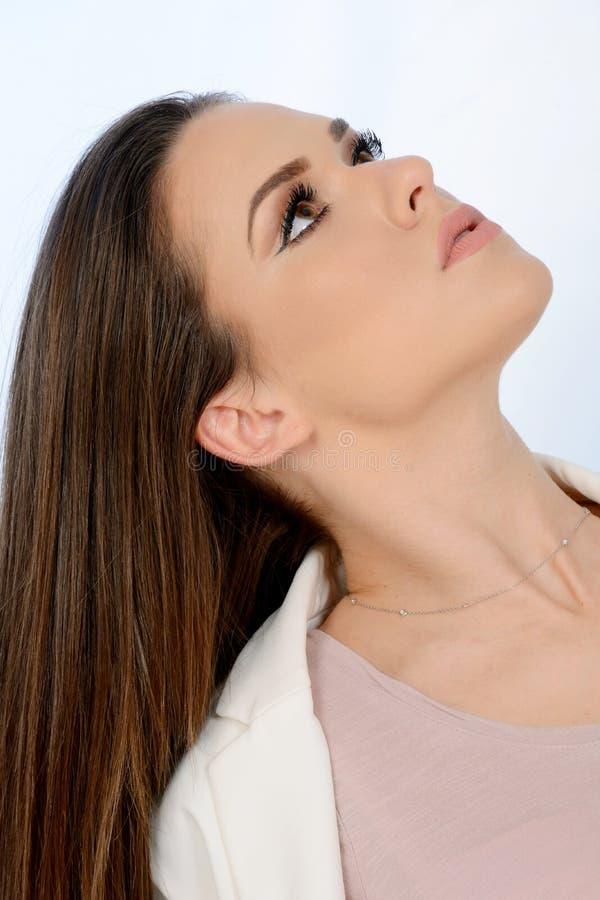 Retrato do cabelo longo do whit bonito da moça que olha acima imagens de stock