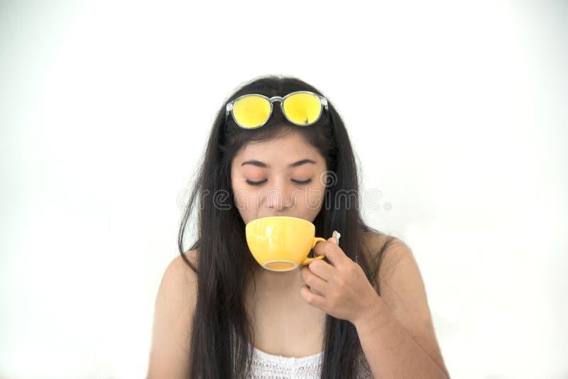 Retrato do café bebendo da morena asiática imagem de stock