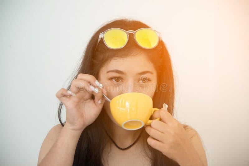 Retrato do café bebendo da morena asiática fotografia de stock royalty free